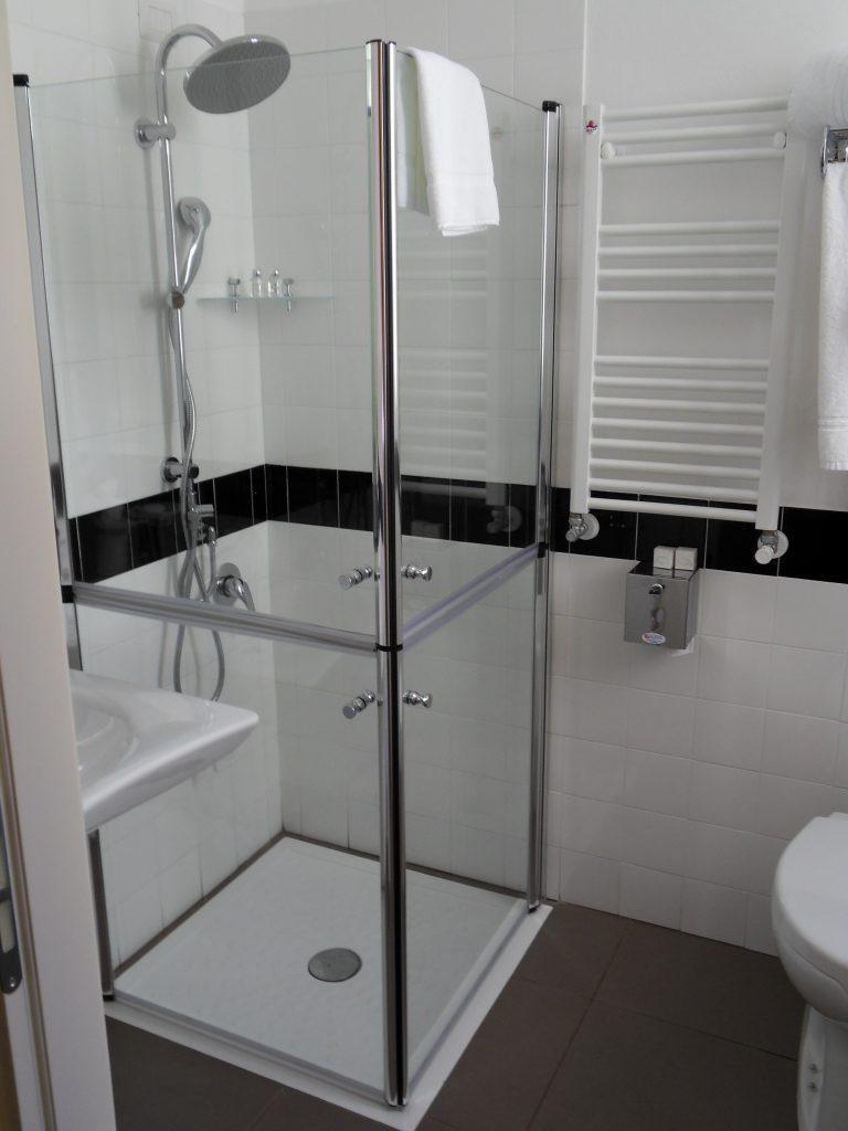 Docce per anziani e disabili sostituzione vasca in doccia - Box doccia anziani ...